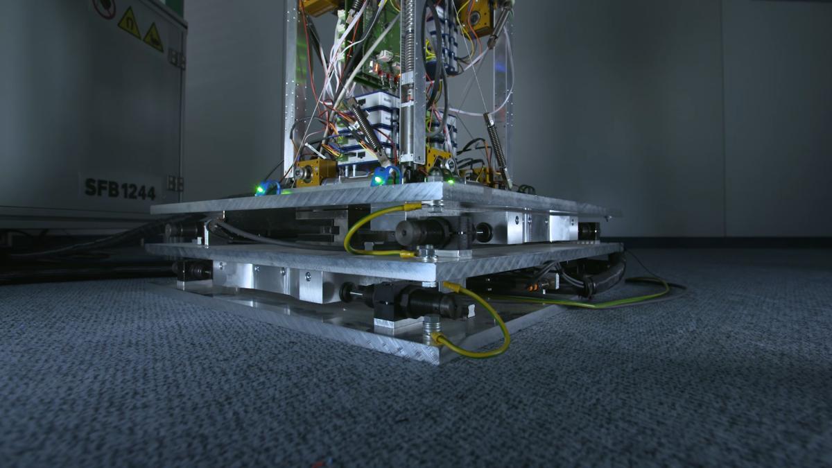 XY-Tisch zur dynamischen Anregung des Maßstabsmodells.