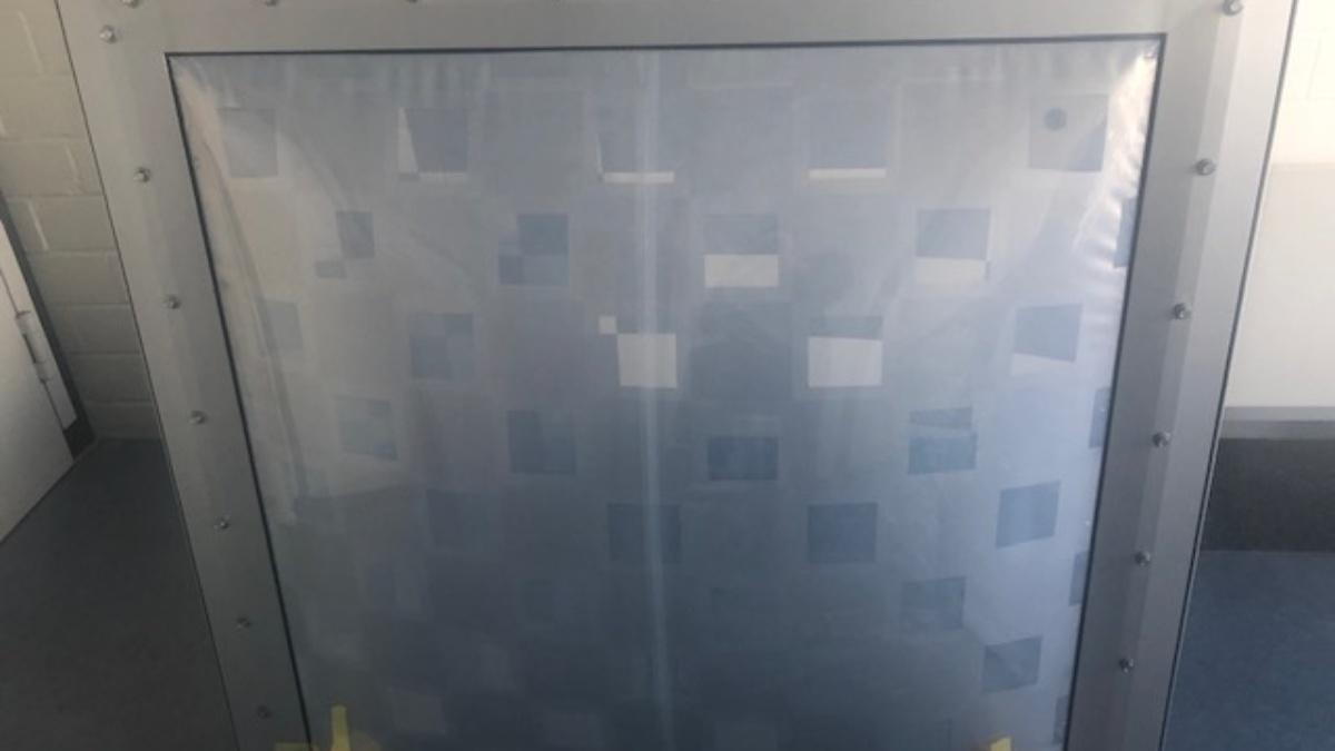 4-kammrige Membrankonstruktion.  Mit bedruckten Folien mit versetztem Schachbrettmuster als Sonnenschutz.   Membrankonstruktion wärmedämmend mit luftgefüllten Kammern oder wärmeleitend mit luftleeren Kammern.